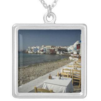 Europa, Griechenland, Mykonos. Ansichten der Küste Versilberte Kette