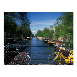 Europa, Holland, Amsterdam, gelbes Fahrrad und Postkarte