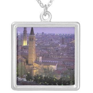 Europa, Italien, Venetien, Verona. Ansicht von Versilberte Kette