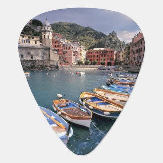 Europa, Italien, Vernazza. Hell gemalte Boote Plektrum