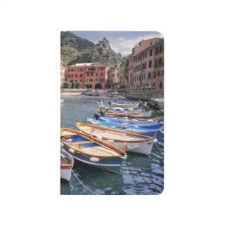Europa, Italien, Vernazza. Hell gemalte Boote Taschennotizbuch