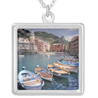 Europa, Italien, Vernazza. Hell gemalte Boote Versilberte Kette