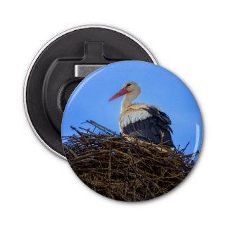 Europäischer weißer Storch, Ciconia, im Nest Runder Flaschenöffner