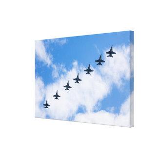 F-18C Hornissen, die in blauen Himmel mit Wolken Leinwanddruck