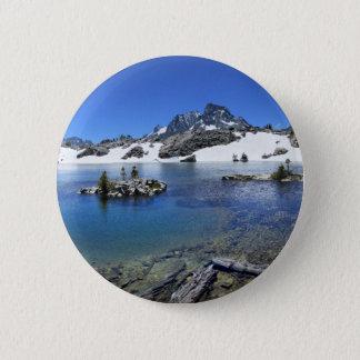 Fahnen-Spitze und ein Mountainsee - Sierra Nevada Runder Button 5,7 Cm