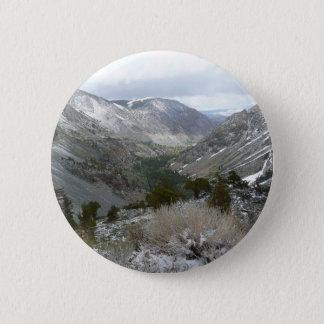 Fahren durch die Snowy-Sierra Nevada-Berge Runder Button 5,7 Cm