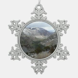 Fahren durch die Snowy-Sierra Nevada-Berge Schneeflocken Zinn-Ornament