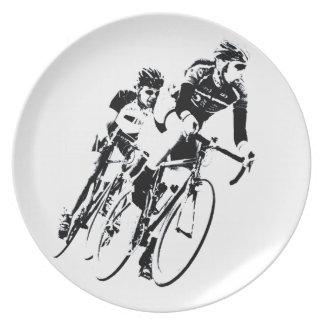 Fahren Sie Rennläufer in die Drehung rad Teller