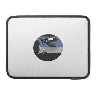 Fahrer, der Gebirgspass-Oval-Holzschnitt schaut MacBook Pro Sleeve