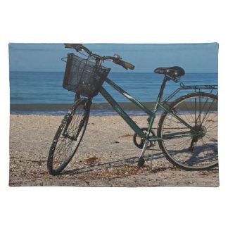 Fahrrad auf barfüßigstrand II Stofftischset