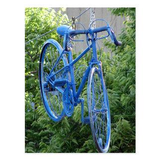 Fahrrad, das über der Straße hängt Postkarte
