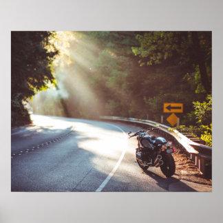 Fahrrad/Motorrad auf der Straße Poster