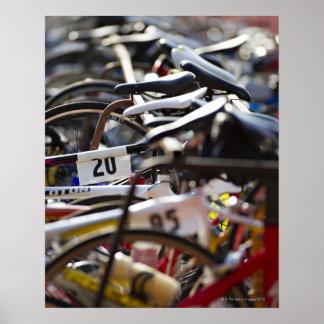 Fahrräder auf dem Gestell an einem Triathlon Poster
