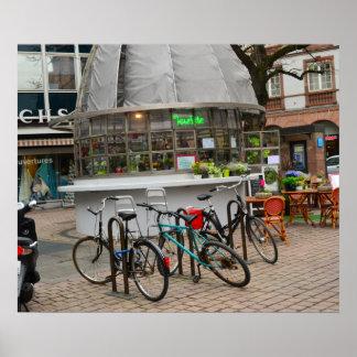 Fahrräder außerhalb eines Floristen im strassburg Poster