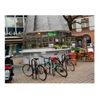 Fahrräder außerhalb eines Floristen im strassburg Postkarte
