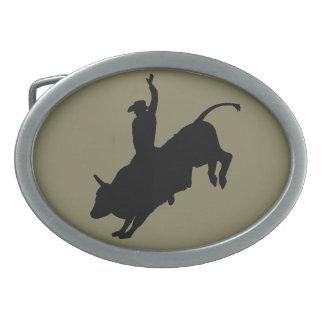 Fahrwiderlicher Stier-Reitrodeo-Cowboy oben Ovale Gürtelschnalle