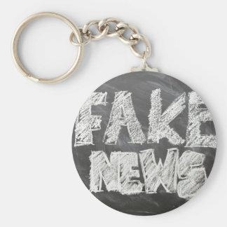 Fake-Nachrichten Schlüsselanhänger