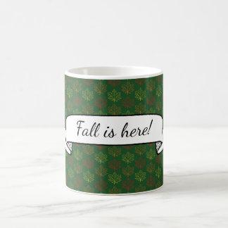 Fall-Ahorn verlässt Muster grüne Kaffeetasse