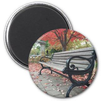 Fallende Bänke und sitzendes Blätter Runder Magnet 5,1 Cm
