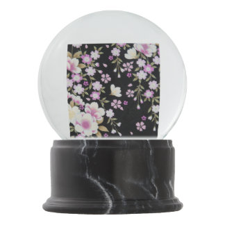 Falln, das rosa Blumen kaskadiert Schneekugel
