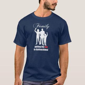Familie, die den Spaß in das Shirt der