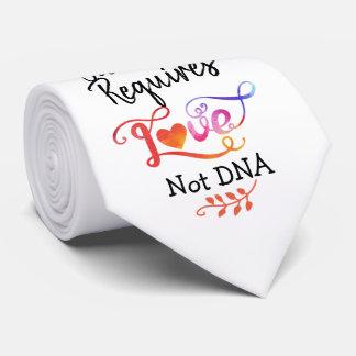 Familie fordert Liebe nicht DNA, Individuelle Krawatte