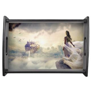 Fantasie-Frau und Insel-Schloss in den Wolken Tablett