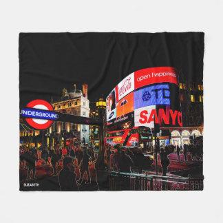 Fantasie glühendes Piccadilly in London nachts Fleecedecke