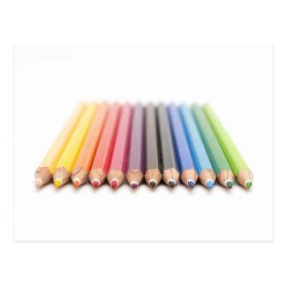 Farbige Bleistifte in einem Regenbogen Postkarte