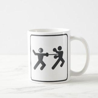 Fechten gegen Verpacken Kaffeetasse