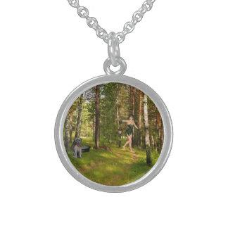 Fee, die nach ihrer Welpen-Halskette sucht Sterling Silberkette