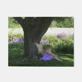 Fee, die neben Baum-Tür-Matte sitzt Türmatte