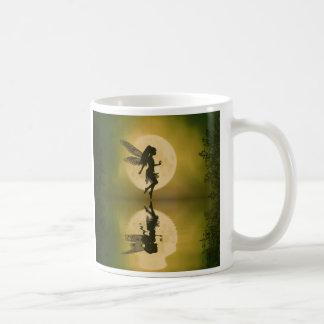 Fee reflektieren sich kaffeetasse
