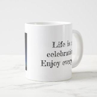 Feiern Sie das Leben! Jumbo-Tasse