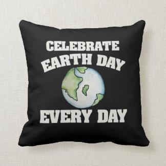 Feiern Sie Tag der Erde jeden Tag Zierkissen