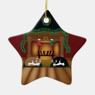Feiertags-Huskies, der durch die Kamin-Verzierung Keramik Ornament