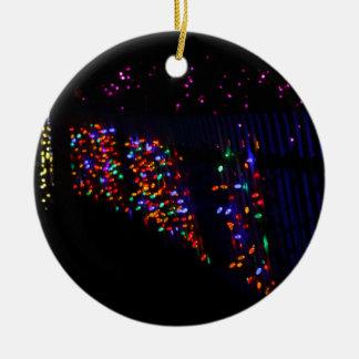 Feiertags-Lichter und WeihnachtsRose Rundes Keramik Ornament