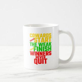 Feiglinge beginnen nie, das schwache beenden nie, kaffeetasse