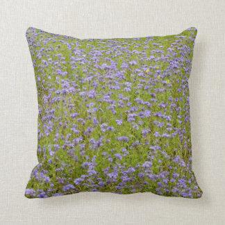 Feld der lila Blumen Kissen