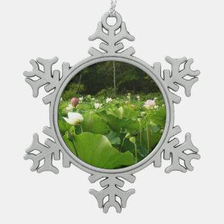 Feld der Lotos-Blumen Schneeflocken Zinn-Ornament