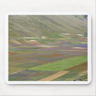 Felder in den Sibellini Bergen in Italien Mousepad