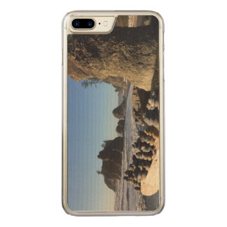 Felsen u. Seestapel am karminroten Strand Carved iPhone 8 Plus/7 Plus Hülle