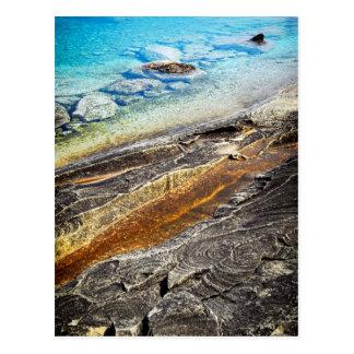 Felsen und klarer Wasserhintergrund Postkarte