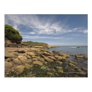Felsige Küste mit dem Motorboot-Reisen Postkarte