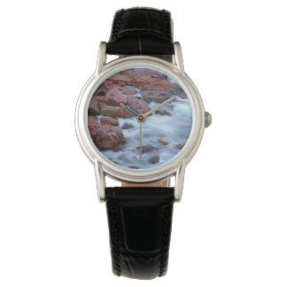 Felsige Küstenlinie mit Wasser, Kanada Armbanduhr