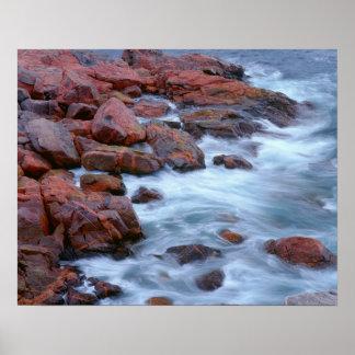 Felsige Küstenlinie mit Wasser, Kanada Poster