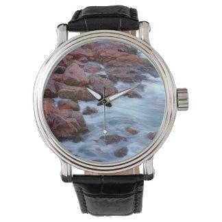 Felsige Küstenlinie mit Wasser, Kanada Uhr