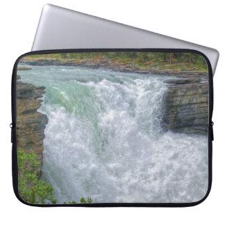 Felsiger Gebirgswasserfall-Natur-Foto Laptopschutzhülle