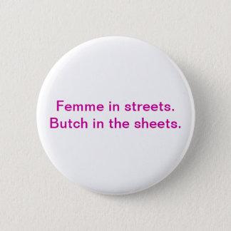Femme in den Straßen. Maskuliner Typ in den Runder Button 5,7 Cm
