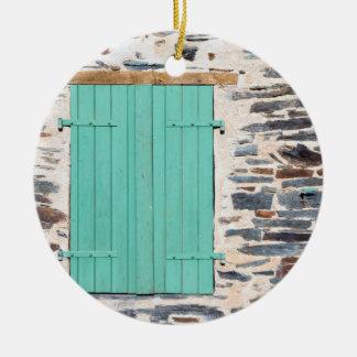 Fenster-Fensterläden auf einer rustikalen Rundes Keramik Ornament
